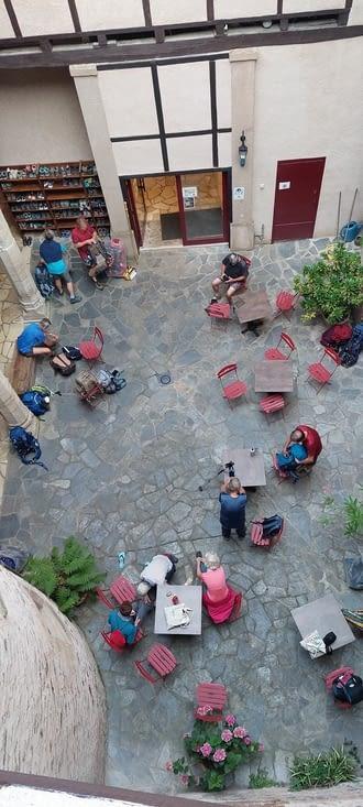 Dans la cour de l'Abbaye, départs de pèlerins