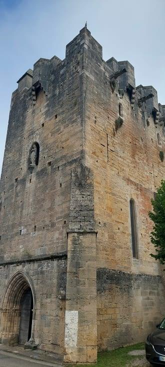 Rudelle, l'une des rares église fortifiée en France