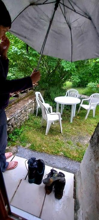 Le matin, grosse pluie au réveil, ET on avait pas rentré les chaussures!