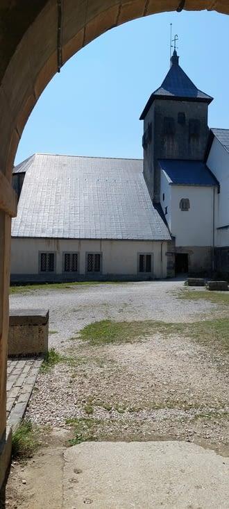 L'abbaye de Roncevaux, par la porte des pèlerins