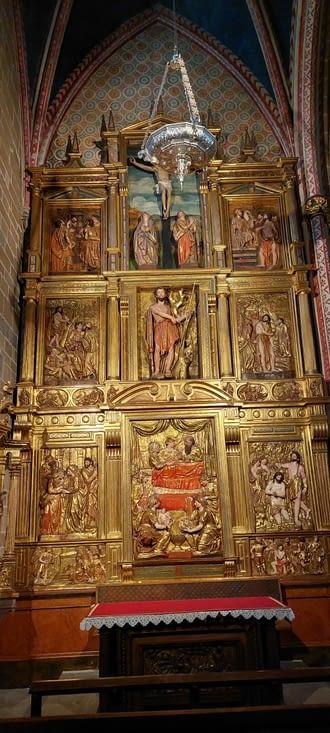 Bon, c'est un peu chargé par rapport aux églises françaises,: affaire d'époque....