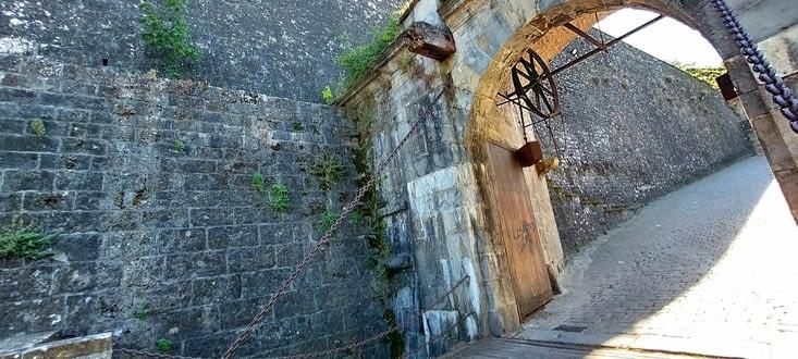Le pont-levis à l'entrée des pèlerins