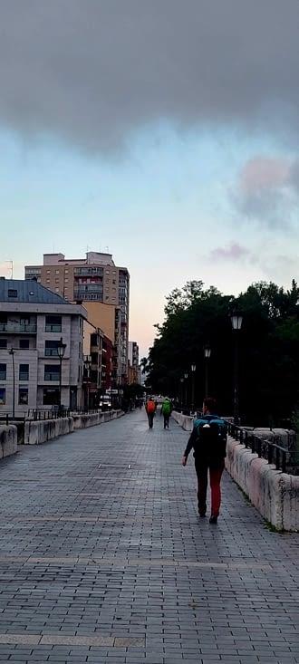 Le pont des pèlerins de León... et ses pèlerins du matin.