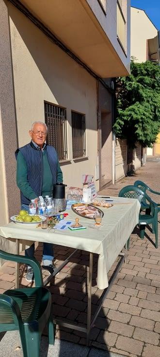 Mon estomac remercie, lui aussi, cet ancien pélerin, qui offre café et pâtisseries devant
