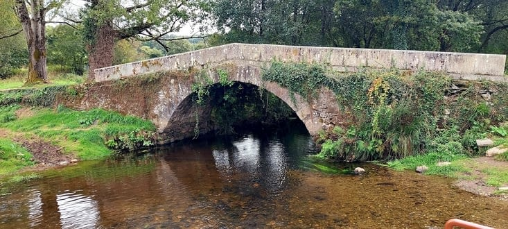Le pont Romain de Robadiso enjambe  le Rego  Iso
