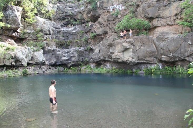 Alex rentre doucement dans l'eau