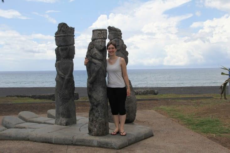 Statues vers la plage de sable noir de Saint Paul
