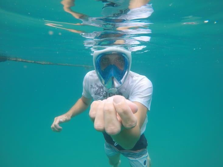 Loïc tient une méduse dans sa main