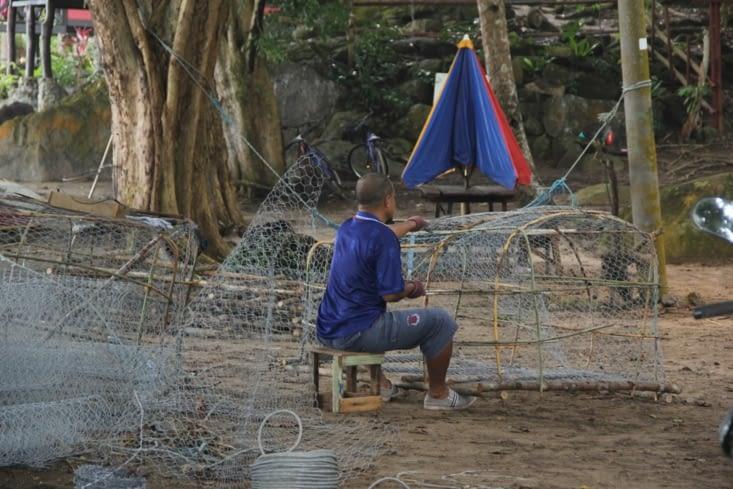 Préparation des cages pour la pêche