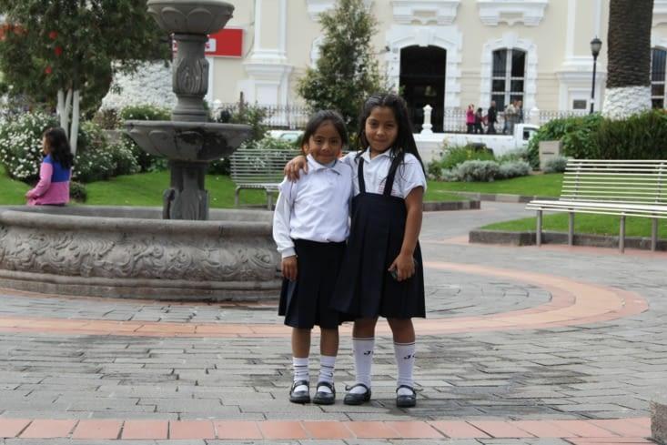 Deux écolières curieuses en tenue au Parc Bolivar