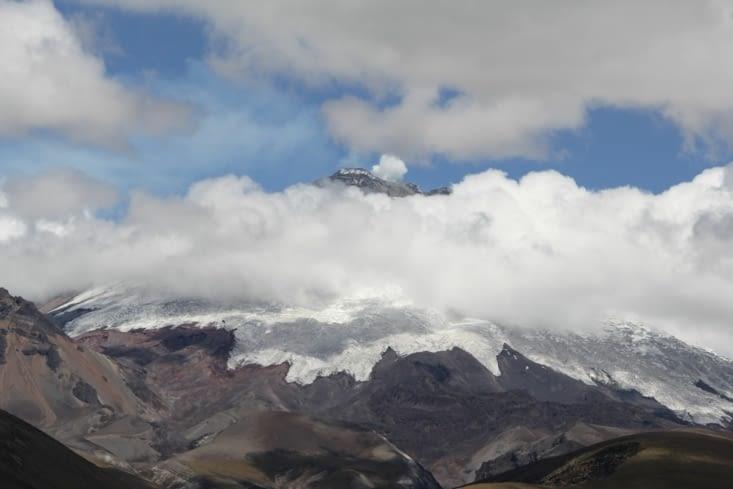 Les vapeurs du cratère et la cendre sur la neige