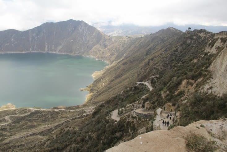 Le lac et le chemin qui y descend