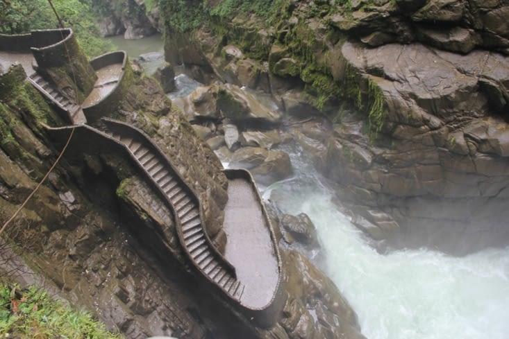 Les escaliers qui serpentent le long de la cascade