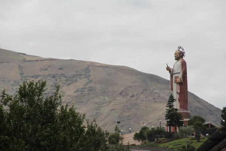 Statue qui surplombe Alausi