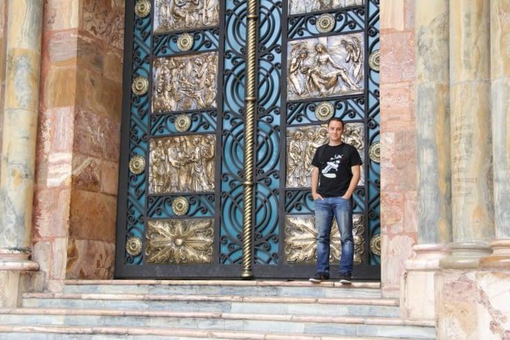 Aux portes de la cathédrale