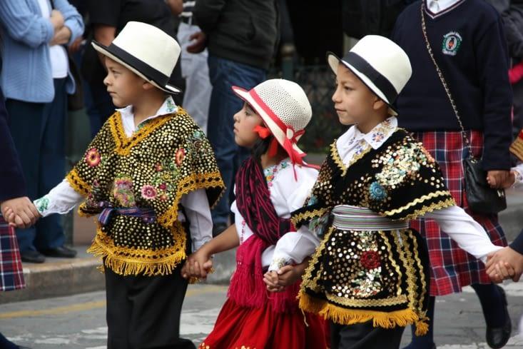 Les enfants en costumes traditionnels