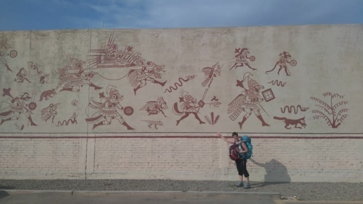 Fresque devant le musée et Carine qui est chargée comme une godet