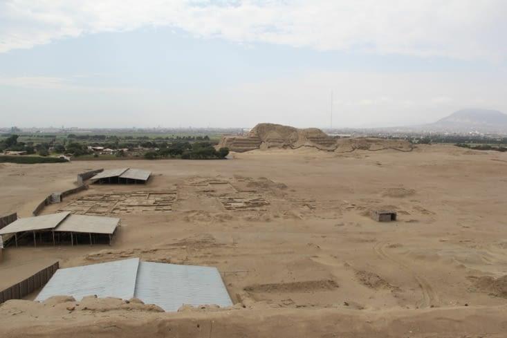 Pyramide du Soleil en face, entre les deux le village