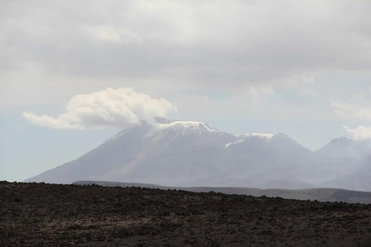 Volcan en activité vu du mirador de los Andes