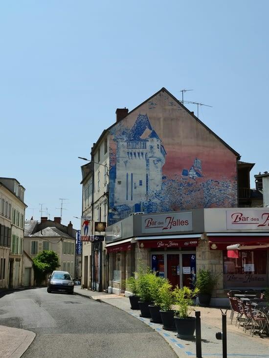 Façade peinte représentant la porte du Croux