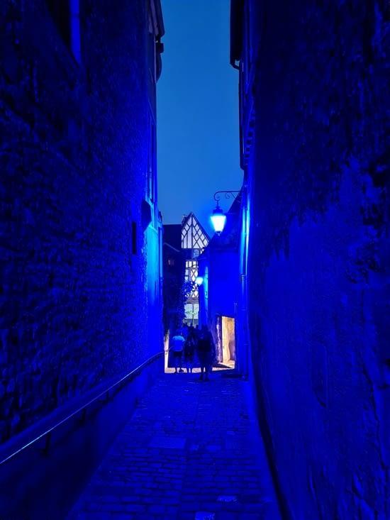 Le passage de l'escalier George Sand tout de bleu éclairé