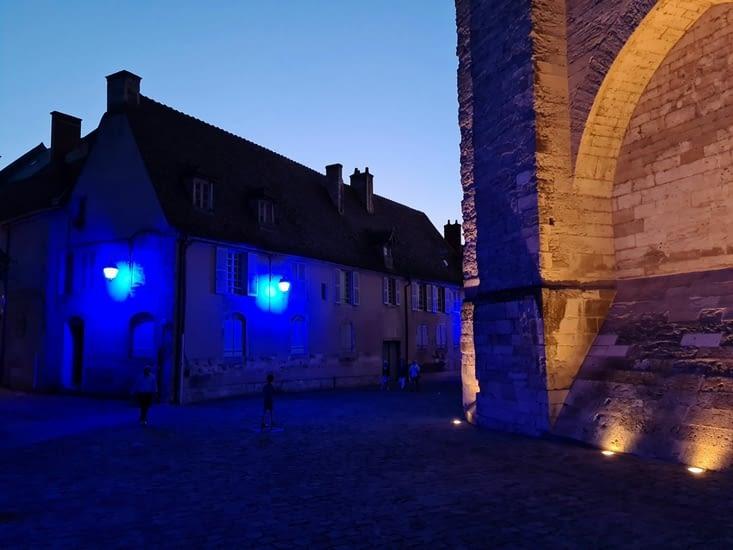Sentier bleuté au pied de la cathédrale