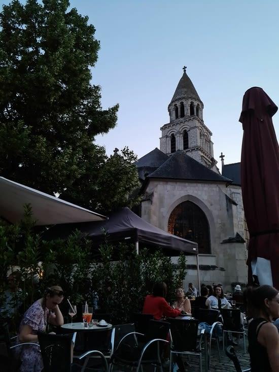 Un peu de vie place Notre-Dame