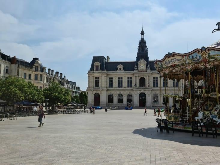 La place du Maréchal Leclerc de Poitiers, sous un autre angle