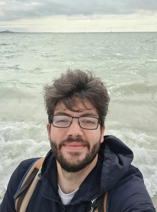 Un gars très heureux d'avoir les pieds dans l'eau