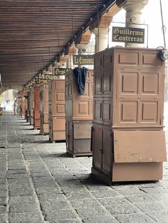 Et sa rue à colonnades avec ses kiosques