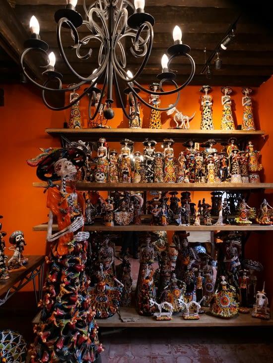Figurines dans une boutique de poteries