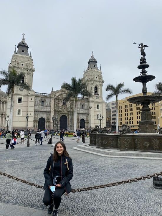 Didine devant la cathédrale de Lima