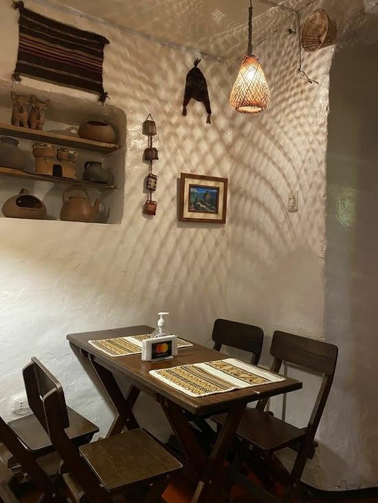 Petit restaurant servant des plats typiques péruviens