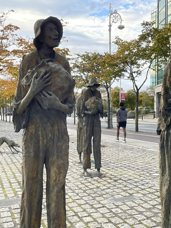 Sculptures relatant la famine
