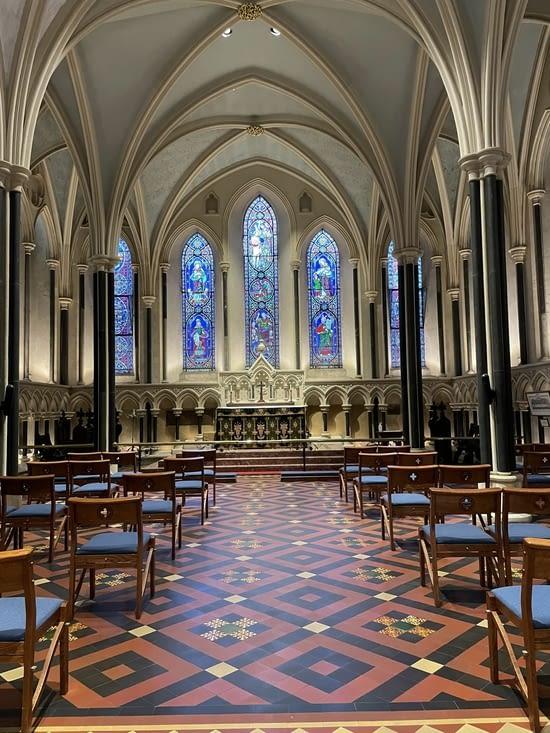Salle derrière l'autel