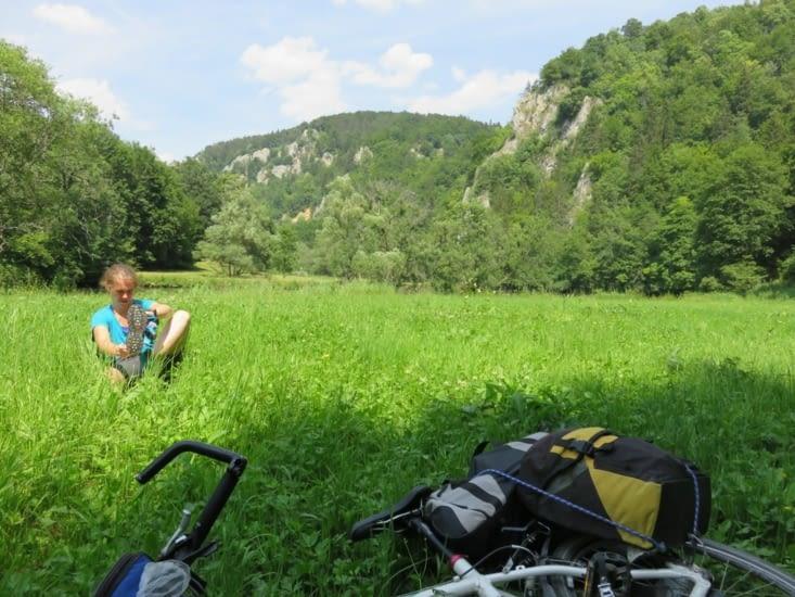 Laure se rhabille après s' être baignée dans le Danube.