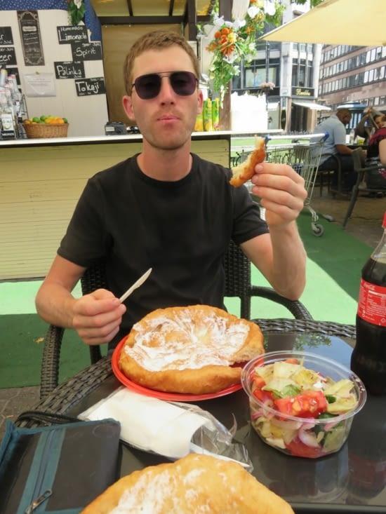 A Budapest, il faut goûter le langos: une pâte frite agrémentée de fromage ou de crème.  Votre cholesterol grimpera en flèche!