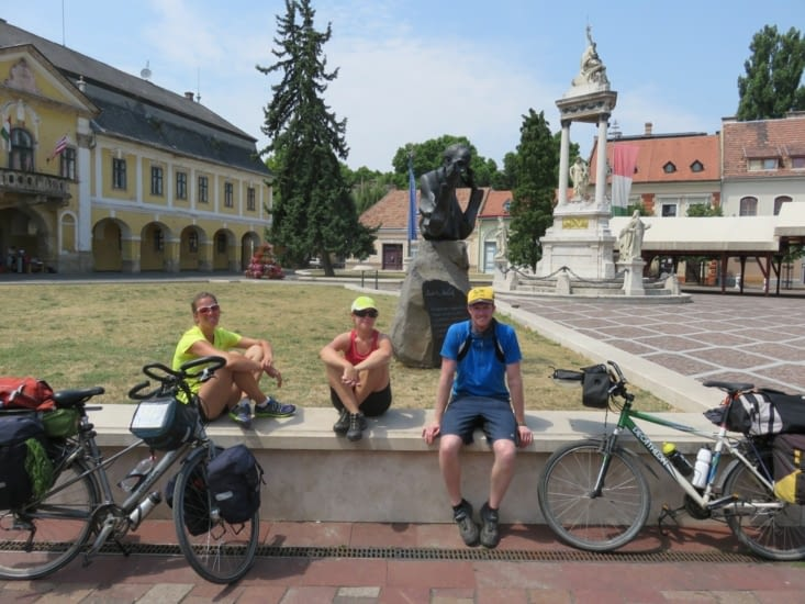 Encore 80 km avant Budapest... L'équipe franco-australo-neerlandaise cherche la motivation!