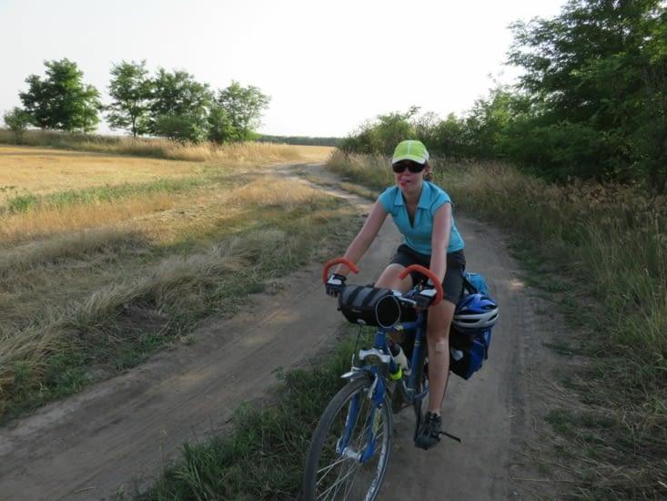 L'euro vélo 6 en Hongrie,  c'est parfois du VTT: en plein dans un champs!