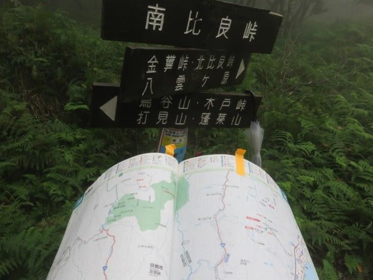 'Je crois que c'est à gauche'. A droite, 2 jours de marche. A gauche, une seule. Avec cette pluie, on a choisit à gauche.