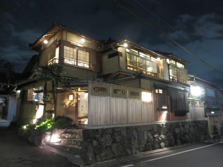 Un restorant quartier Pontocho. C'est assez classe, partout, mais faut avoir de l'argent. C'est la qu'on trouve les geishas.