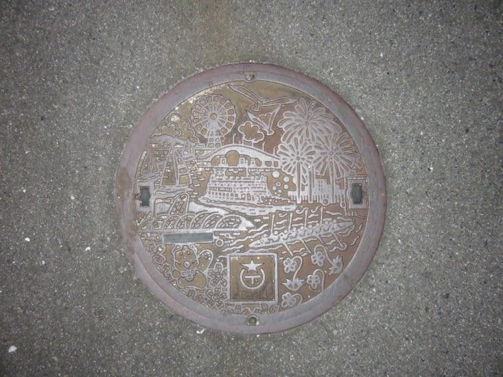Une plaque d'égout. Différentes à chaque ville.