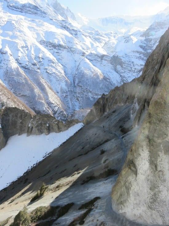 Ça,  c'est le chemin vers le Tilicho base camp. Un trek de 3 jours, dissocié du trek principal. A 4939m, le Tilicho lake est un détour qu'on vous conseil. Et bon aussi pour l'acclimation. Laure vous fait coucou au loin