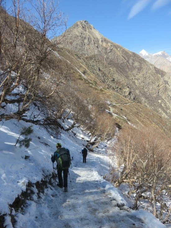 En route pour le Thorung-la pass, à 2 jours de marche. D'abord, il faut redescendre, et ça glisse sévère. Rigolo!
