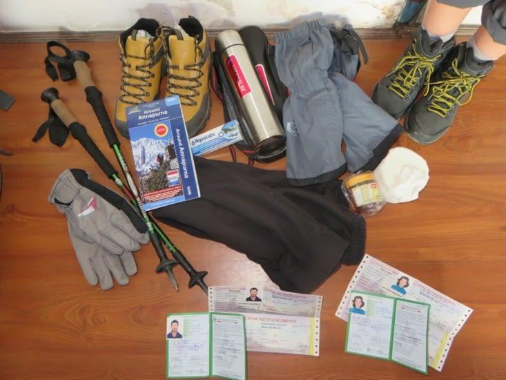 Nos emplettes et formalités administratives. Les chaussures sont des contrefaçons, mais semblent confortable. Les bâtons sont loués. Le tout en un jour, avec visite de Katmandou.