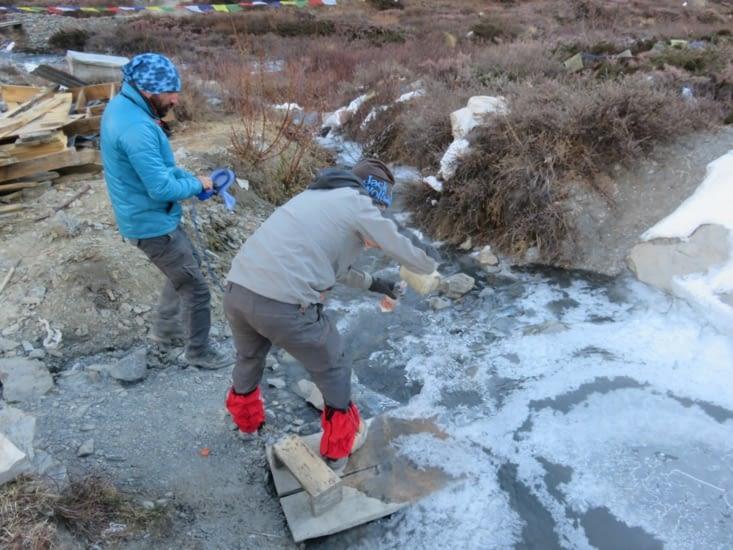 On fait le plein d'eau à même là rivière. De toute façon,  pas d'eau dans les guesthouse, les tuyaux sont gelés. Yahn et Clément.