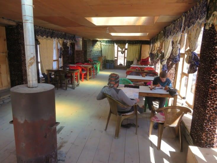 Redescendu du Tilicho lake, en courant, retour au chaud dans la guesthouse. Des tables, un poêle, un menu pour manger. Tous le confort est la.