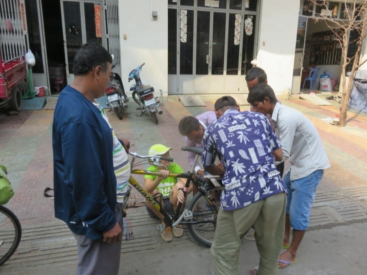 Des qu'un blanc bricole, les cambodgiens sont toujours là pour faire à ta place. 4 qui bossent, 1 qui regarde, Laure qui ne peut plus rien faire.
