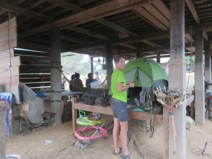 Difficile de dormir en sauvage au Cambodge.  A chaque fois, quelqu'un pour nous inviter/obliger à dormir chez eux. C'est rarement confortable.