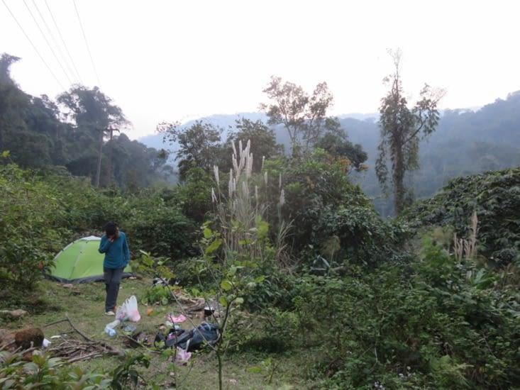 Camping sauvage: à 2km de la frontière vietnamienne, pas terrible, mais après avoir nivelé le sol avec la pelle que Clément a trouvée y'a une semaine, on a pu dormir correctement. Et y'avait de l'eau limpide et fraîche!